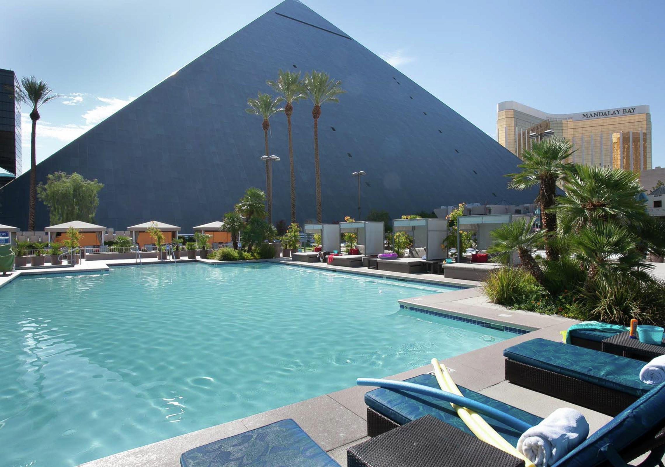 Las Vegas Pools Lounge Chairs Amp Cabanas Luxor Hotel